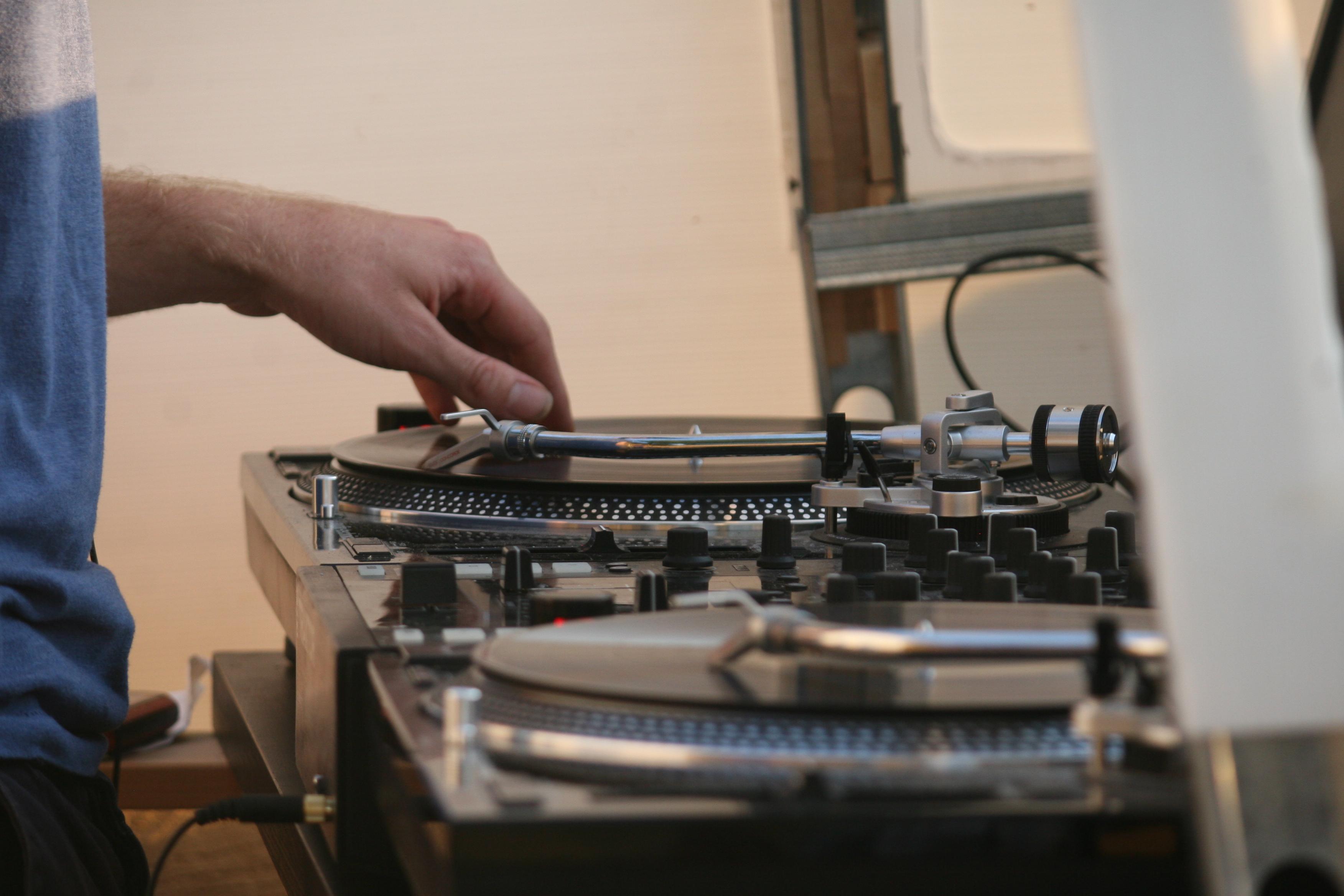 Location de deux platines vinyles et d'une table de mixage pour un open-air.